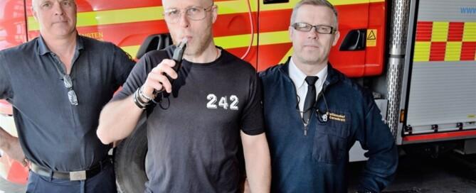 """""""Bra med alkotesterna. Nu måste man tänka till innan ett arbetspass"""", säger Stefan Johansson som blåser. Urban Bomgren till vänster och Peter Carnbratt till höger. Foto: Clas-Göran Sandblom"""