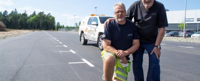 Ronny och Ingvar Gustavsson, son och far, stortrivs att vara ute på jobben. Här på en större parkeringsyta som Hamneda Grus & Åkeri nyligen färdigställt – en typ av uppdrag som passar företaget som hand i handske.