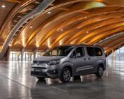 På bilden ser vi den glasade versionen Toyota Proace City Verso. Den erbjuds endast i den längre versionen 4,7 meter – men i gengäld med hela sju sittplatser.