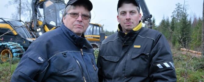 – Här var vi för två år sedan med en sexhjulig skördare, men den gången fick vi ge upp direkt. Nu har det gått alldeles utmärkt, berättar Lars och Johan Hillman.