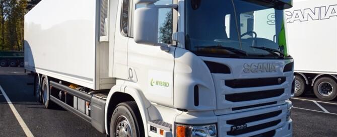 Den egenutvecklade hybridlastbilen kombinerar el- och biodieseldrift.