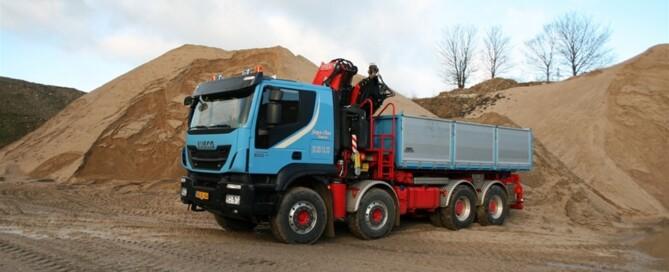 Vår testbil är en riktig åkeribil som kan sättas in på specialuppgifter men som också kan utföra rutinarbeta däremellan. Den 32 ton Trakker lastbilen är nämligen utrustad med en lång kran och tipp.