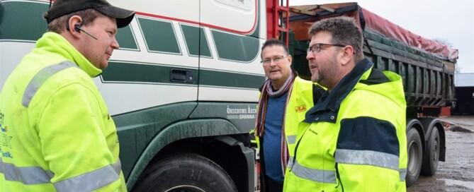 Chauffören Frederik Lind i samspråk med Sven Meijer, Tetra Chemicals, och Christer Svensson, Wettern Logistik.