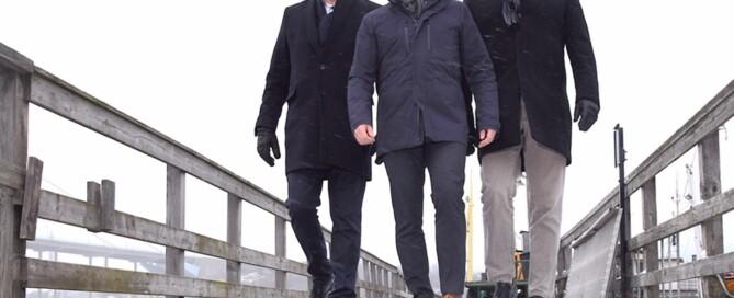 Trio som vänder porten mot världshaven ryggen. Ragnar Johansson, vd, Kristofer Andrén och Lars Rexius.hoppas komma igång med containersjöfart mellan Göteborg och Kristinehamn under våren. Foto: Clas-Göran Sandblom