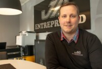 Att få jobba med både människor och maskiner är en viktig drivkraft för Johan Aronsson, maskinentreprenör i Mellerud.
