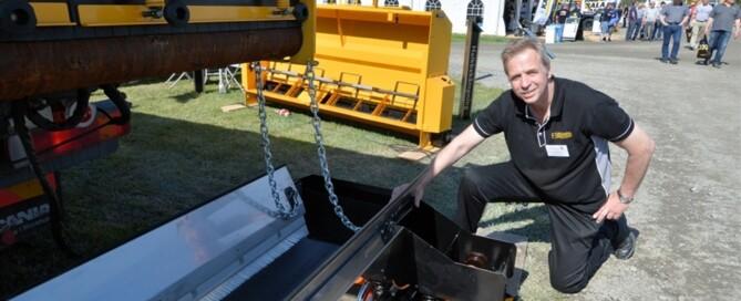 Leif Strömdahl på Forshaga Bil & Maskin märkte i vanlig ordning stort intresse för företagets sandspridare och användarvänliga styrsystem. En nyhet i montern var en stödkantläggare, som automatiskt justerar sig efter kanten och ser till att grusnivån är den rätta. Utrustningen har också en vibratorplatta, som packar gruset som läggs ut.