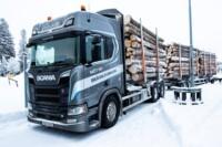 Perfekta förutsättningar för test av en timmerbil fullastad med nyskotade och tätvuxna timmerstockar. Scania R 730 R20 Highline.