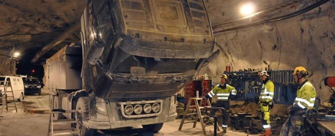 I den egna verkstaden tas det mesta i reparationsväg om hand av Fredrik Larsson och hans kollega. Lastbilarna har bara cirka fem års livslängd, och har hårt slitage på växellådor och navreduktioner.