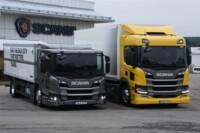 En lite tråkig grå och en glad gul? Ingalunda. Scania L280 till vänster har många fördelar i sitt extremt lågbyggda utförande, i jämförelse med Scania P280 till höger, med normaltbyggd hytt. Båda har 280 hästar under huven, men den grå till vänster som nioliters femma och den gula till höger som sexcylindrig sexa.